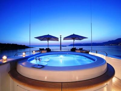 Kanske en av världens snyggaste yachts och pool.