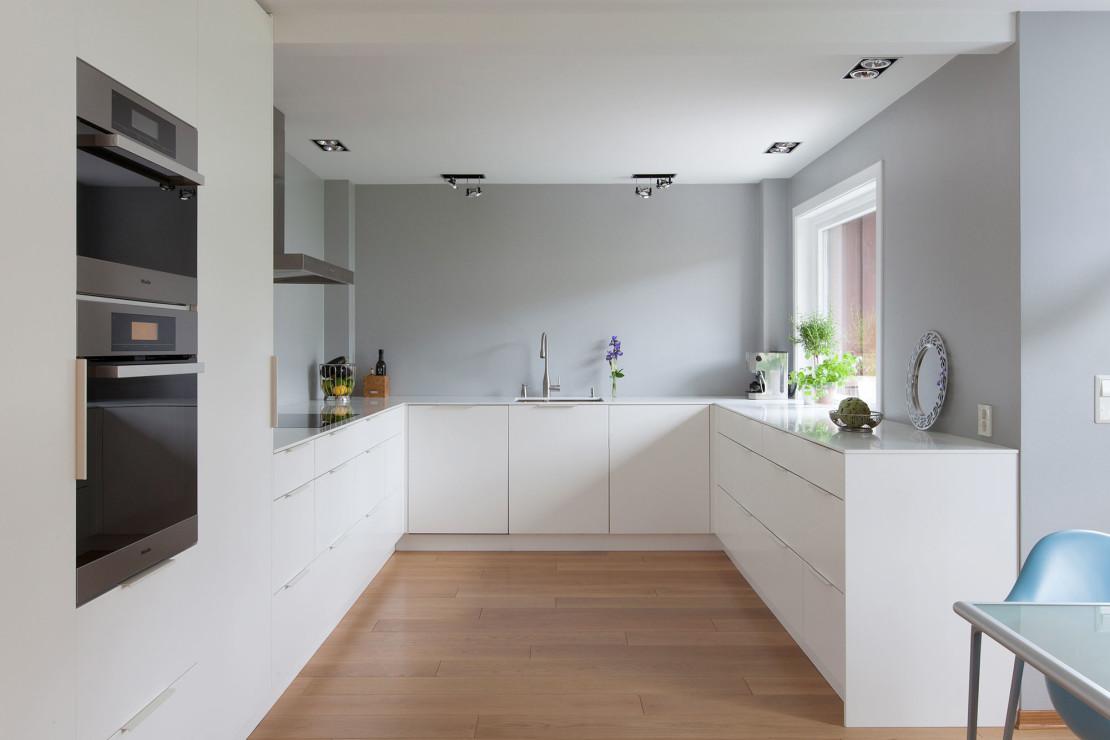 Kvänum Lindö Ren Vit, ett modert kök med snygg design och rena linjer