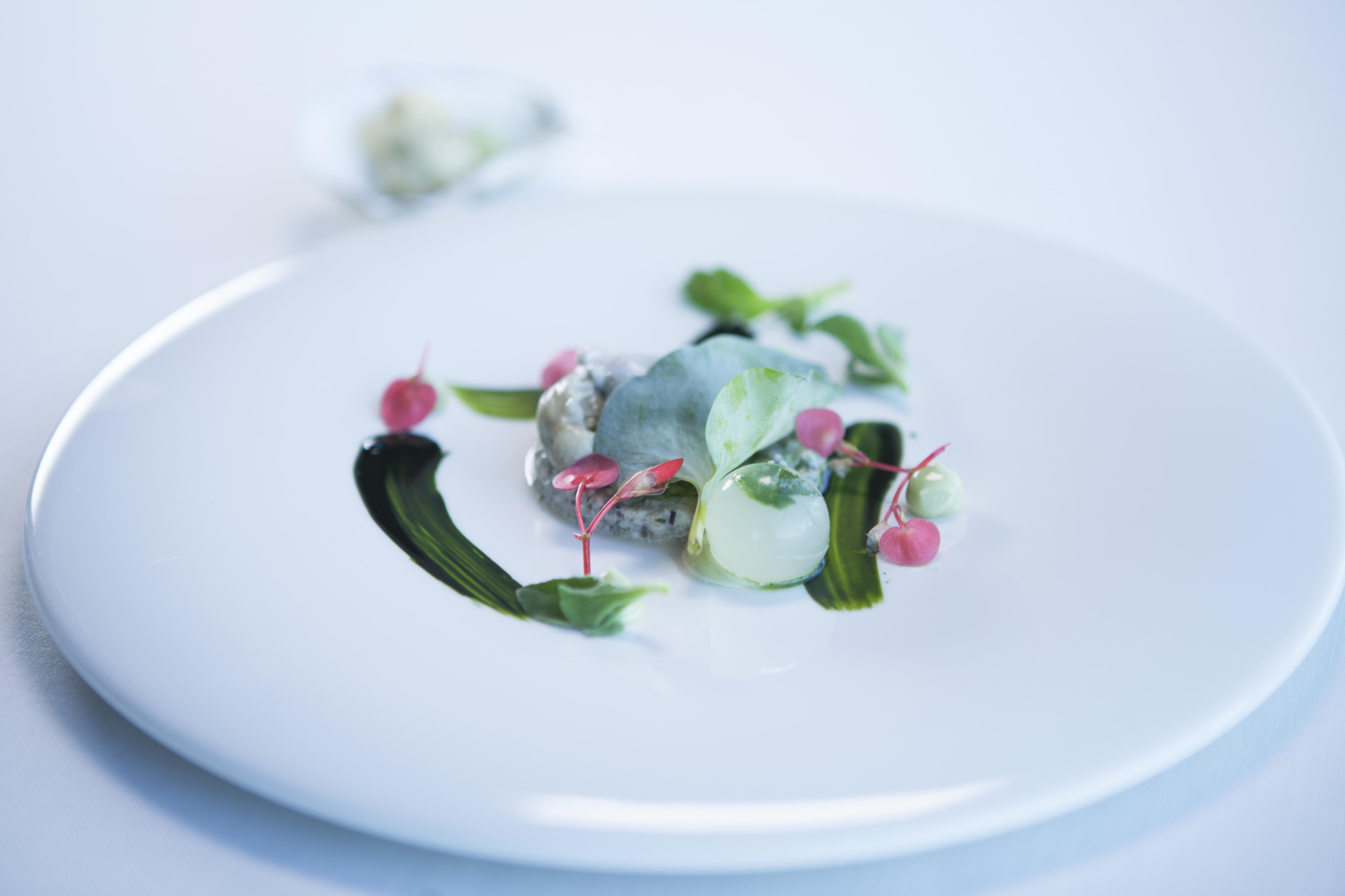Azurmendi erbjuder ostrontartar med sjögräs.