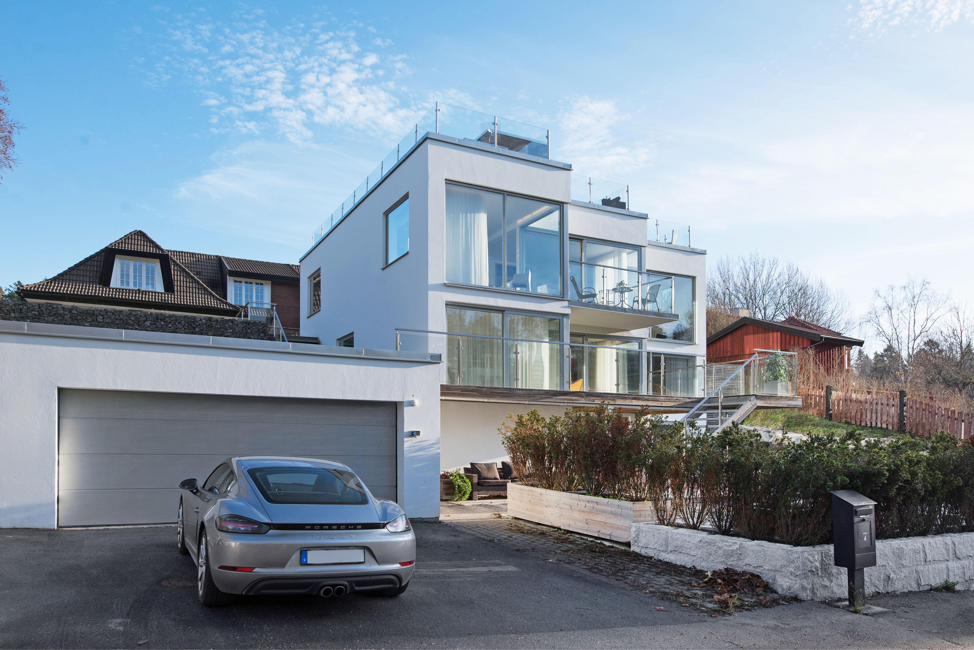 När du letar fastighetsmäklare i Stockholm kontakta Skeppsholmen Sotheby's International Realty. De har allt från paradvåningar och slott till små häftiga lägenheter i rätt områden. Perfekt när du ska köpa bostad i Stockholm.