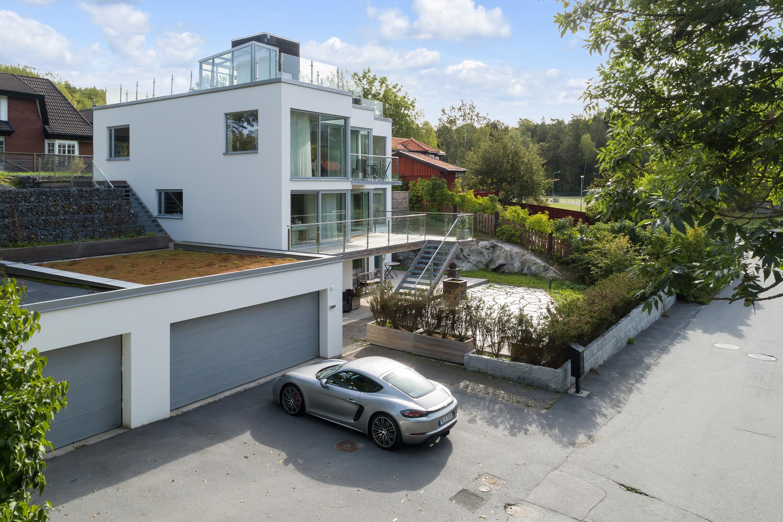 När du letar fastighetsmäklare i Stockholm kontakta Skeppsholmen Sotheby's International Realty. De har allt från paradvåningar och slott till små häftiga lägenheter i rätt områden. Perfekt när du ska köpa bostad i Stockholm eller på Lidingö.