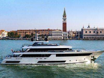 Riva 50METRI. Du hittar fler yachts och stora båtar på vår sajt.