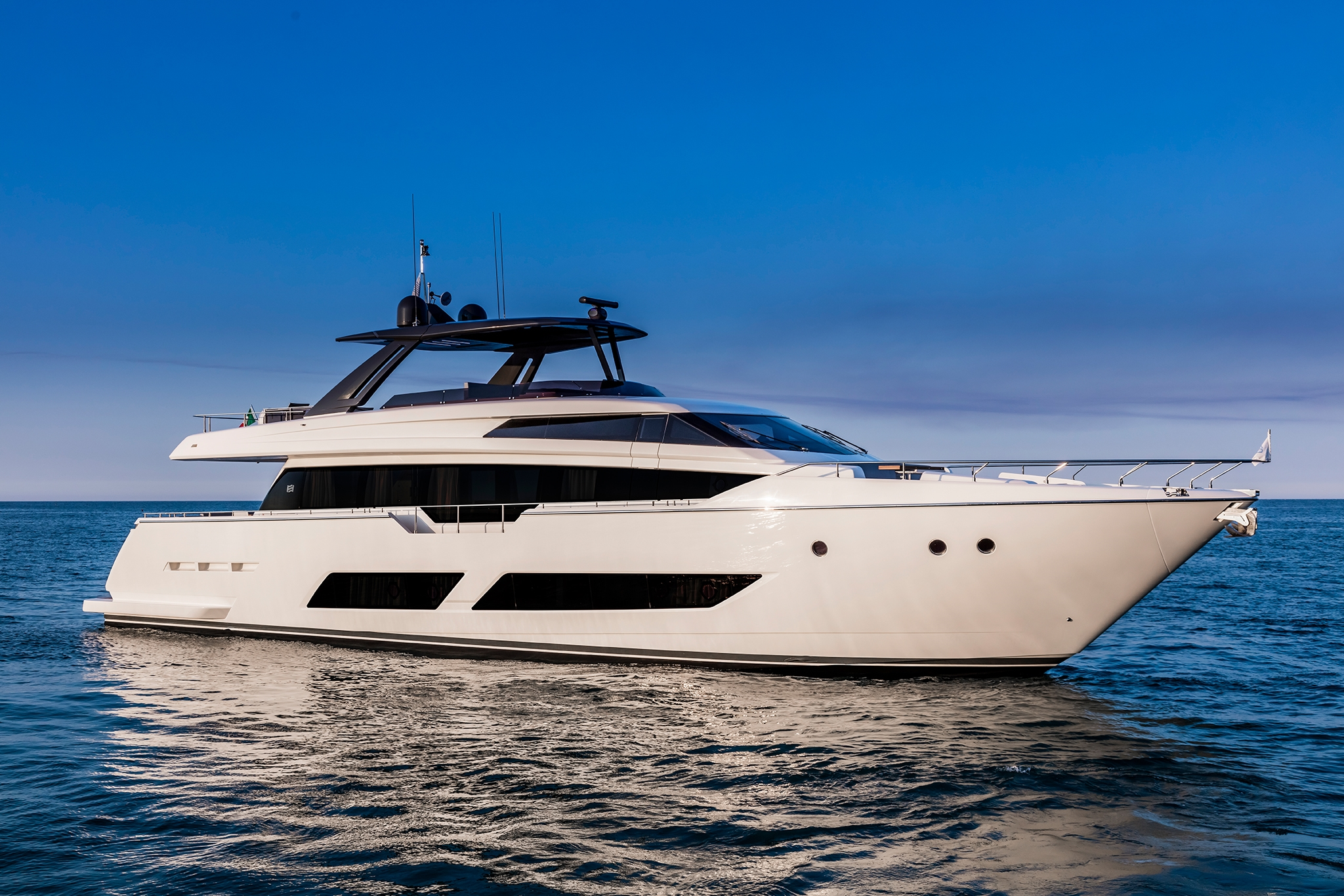 Ferretti Yachts 850. Du hittar fler yachts och exklusiva båtar på vår sajt.