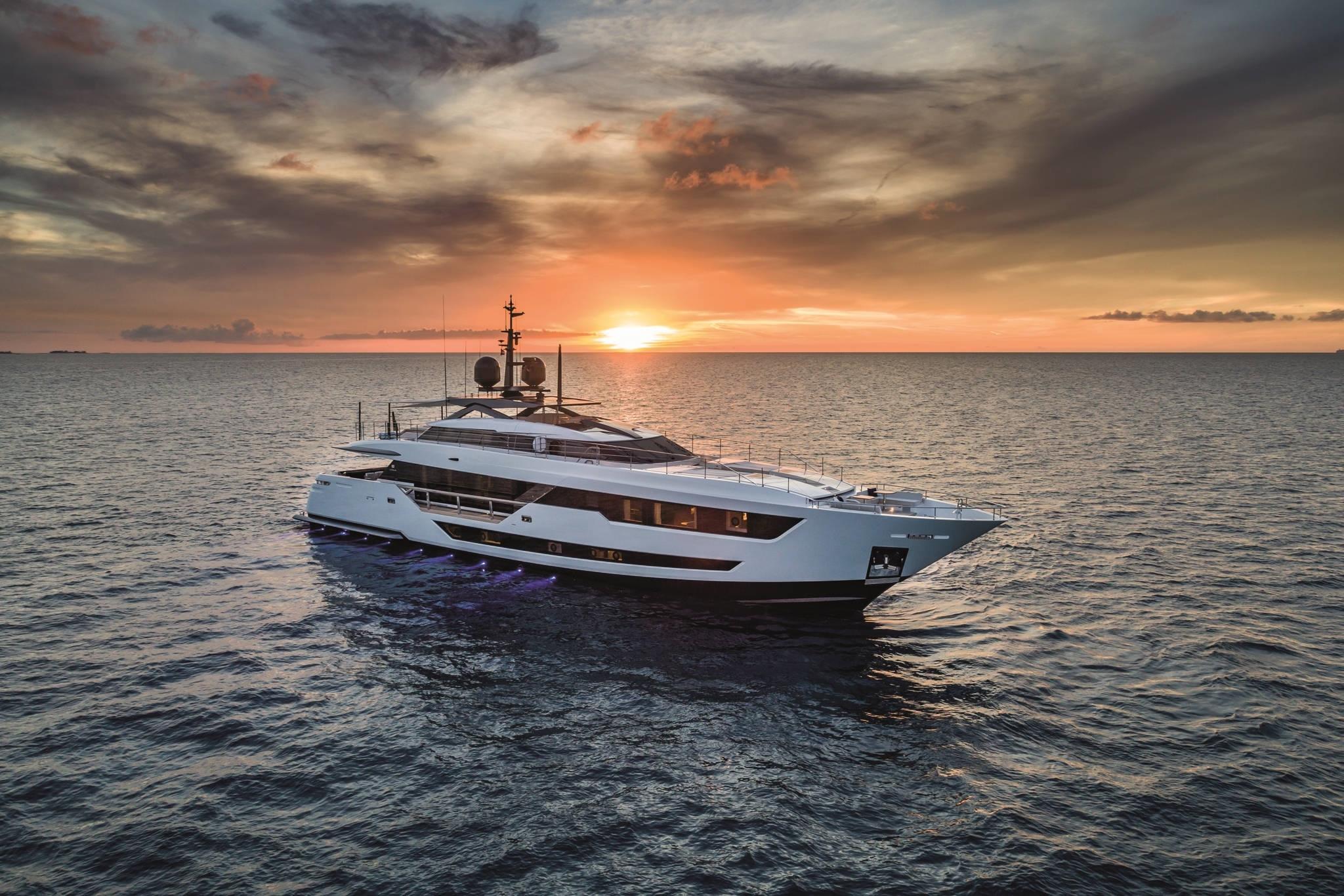 Custom Line 120. Exklusiva motorbåtar och lyxiga yachts.