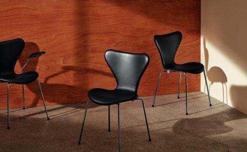 Den ikoniska 3107 Sjuan - Black Essential - av Arne Jacobsen för Fritz Hansen. Exklusiva möbler för ditt vardagsrum.