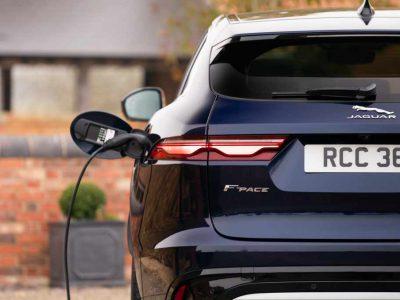 Nya Jaguar F-PACE en suv som finns tillgänglig både som innovativ laddhybrid och i ett kraftfullare SVR-utförande. Nu finns laddhybriden till kampanjpris.