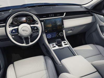 Nya Jaguar F-PACE en suv som finns tillgänglig både som innovativ laddhybrid och i ett kraftfullare SVR-utförande. Nu finns Jaguars laddhybrid till kampanjpris.
