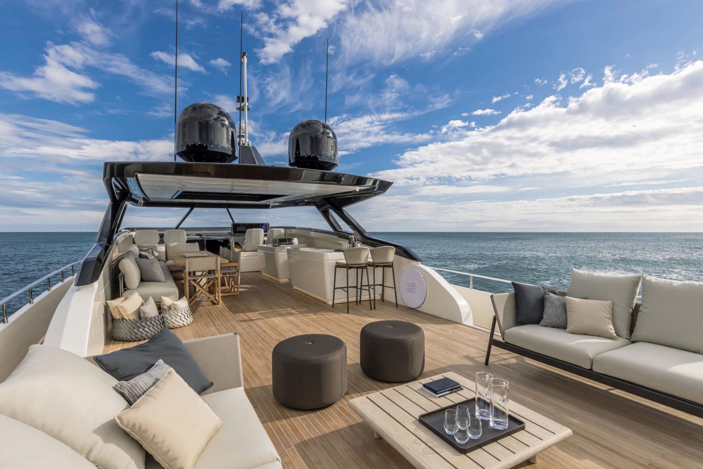 HOOM presenterar några av välrdens största motorbåtar, det är yachter och lyxiga båtar från den internationella arenan.
